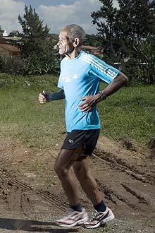Aos 72 anos, Décio Oliveira percorre 76 quilômetros semanais; ele corre desde 1953