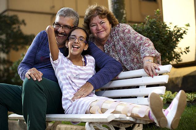 Márcio e Maria Rosa Mesquita com a filha Patrícia, 15, em frente ao prédio onde moram, na zona oeste de São Paulo