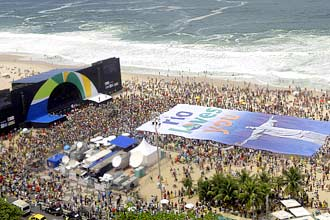Cerca de 15 mil pessoas foram à praia de Copacabana, no Rio de Janeiro, para acompanhar a eleição do COI