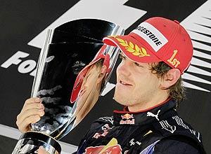 Vettel com o prêmio após vencer o GP de Abu Dhabi