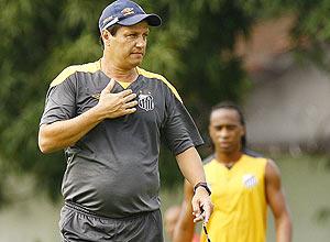 Adilson Batista durante treino do Santos