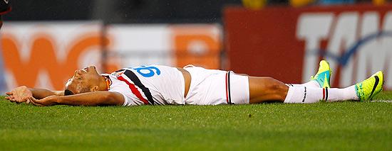 O atacante Luis Fabiano no gramado do estádio do Morumbi no confronto contra o Flamengo