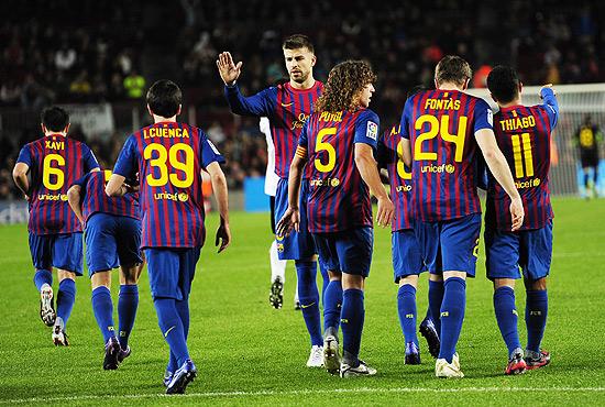 Jogadores do Barcelona comemoram gol de Pedro diante do Hospitalet, da terceira divisão do Espanhol