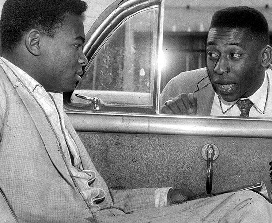 Pelé (à dir.) conversa com Coutinho dentro de carro, em 1960