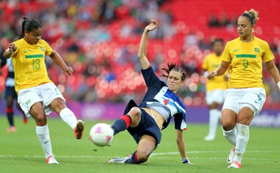 Jill Scott, da seleção britânica, trava o chute de Francielle (esquerda), observada por Thais, ambas do Brasil, durante a partida