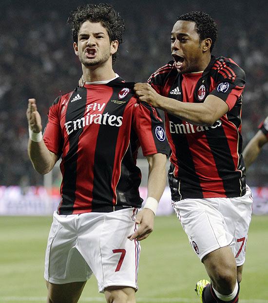 Pato (esq.) e Robinho comemoram gol do Milan em jogo pelo Campeonato Italiano