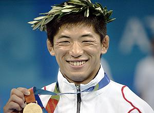 Masato Uchishiba exibe a medalha de ouro conquistada na Olimpíada de Atenas-2004