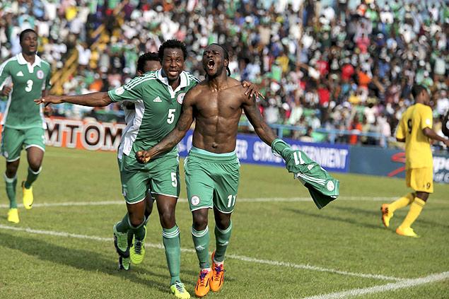 O nigeriano Victor Moses comemora seu gol diante da Etiópia