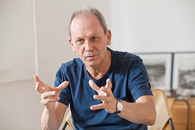 "José Miguel Wisnick, autor de ""Veneno Remédio - O Futebol e o Brasil"", durante entrevista"