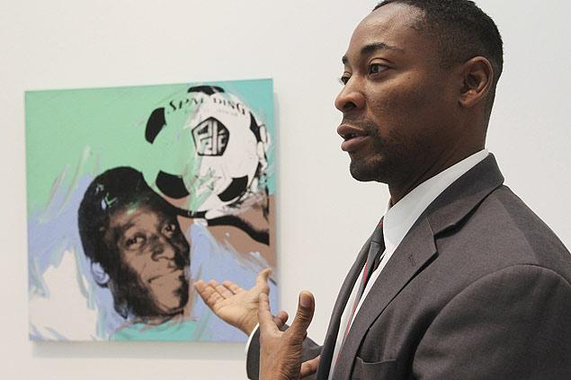 """Franklin Sirmans, curador da exposição """"Fútbol: The Beautiful Game"""", aponta tela de Pelé"""