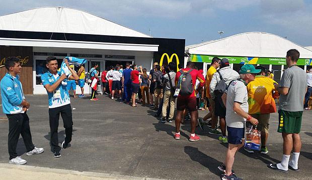 Atletas fazem fila em frente ao McDonald's da Vila Olímpica