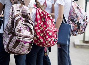 Alunos sofrem com mochilas cada vez mais pesadas