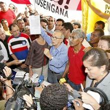 Jackson Lago deixa Palácio dos Leões, no Maranhão, e faz passeata até sede do PDT