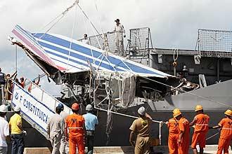 Centenas de destroços do Airbus que caiu no Atlântico chegam a Recife. Maior fragmento recolhido até agora está entre eles