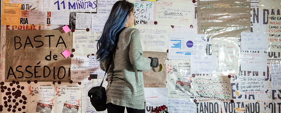 Cartazes contra o estupro são colocados em tapume no MASP na avenida Paulista