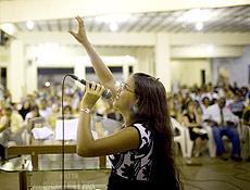 SAO PAULO, SP. 13.04.2008 A jovem pastora Ana Carolina Dias, 13 anos, participa de culto evangelico na Catedral da Assembleia de Deus em Limeira, interior de Sao Paulo.( Foto: Lalo de Almeida/ Folha Imagem). ILUSTRADA