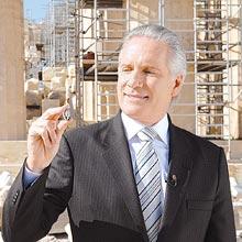 Roberto Justus exibe moeda antiga durante gravação em Atenas da abertura do reality