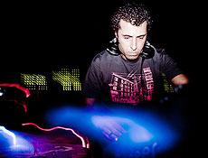DJ Adnan Sharif, durante apresentação em um clube da Barra Funda, no início de janeiro