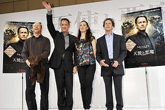 Diretor Ron Howard, atores Tom Hanks e Ayelet Zurer e produtor Brian Grazer (da esq. à dir.) posam na divulgação do filme (Tóquio)