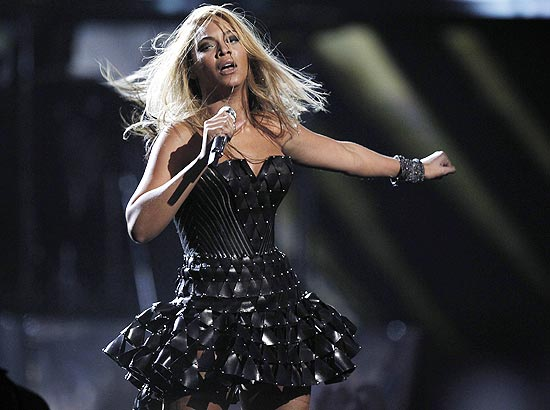A  cantora Beyoncé, que ganhou seis Grammy neste domingo, em performance  durante a cerimônia de premiação