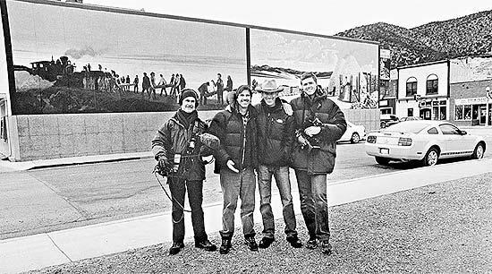 """O diretor Walter Salles (o segundo da esquerda para a direita), em cena do documentário inacabado """"À Procura de 'On the Road'"""", em que refaz viagem do livro"""