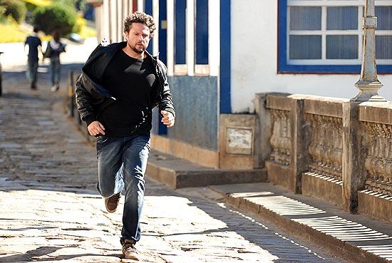 """O ator Sleton Mello em cena do seriado """"A Cura"""", que teve gravações na cidade histórica de Diamantina"""