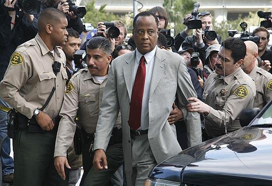 O médico do cantor Michael Jackson, Conrad Murray, chega a corte de Los Angeles em fevereiro passado