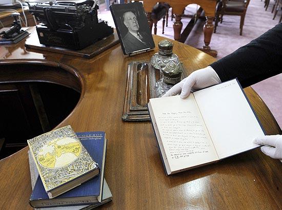 Pesquisadora Laura Rosato mostra livro com anotações de Jorge Luis Borges em Buenos Aires