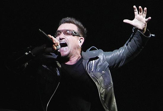 Bono Vox, vocalista da banda irlandesa U2, que faz o primeiro de série de shows em São Paulo neste sábado
