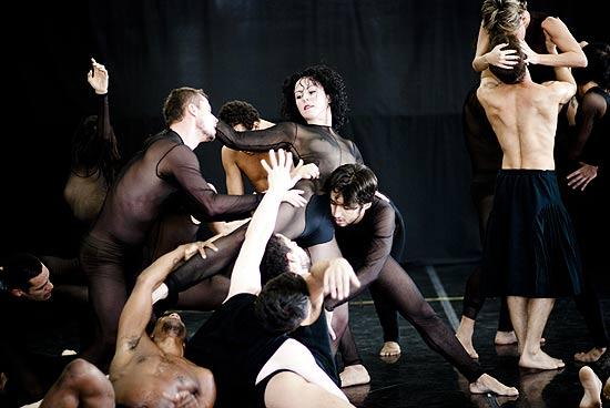 Bailarinos durante ensaio da peça Paraíso Perdido, do coreógrafo Andonis Foniadakis, na sede do balé de SP.