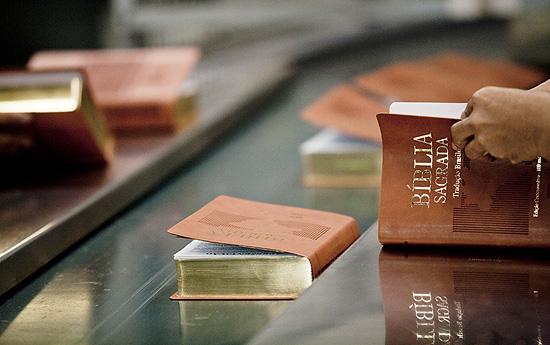 Funcionários trabalhando na produção de livros religiosos na gráfica da Sociedade Bíblica do Brasil, em Barueri