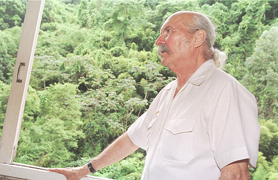 O compositor paranaense Billy Blanco durante entrevista em seu apartamento em fevereiro de 2000
