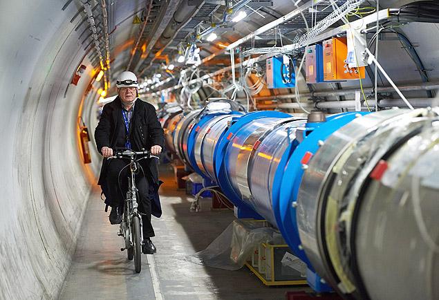 Cientista pedala ao lado do acelerador de partículas LHC no Centro Europeu de Física Nuclear, próximo a Genebra