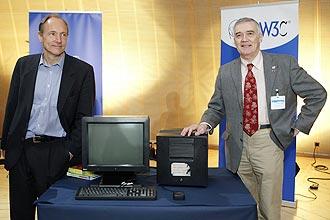 Tim Berners Lee (esq.)e Robert Cailliau (dir.), posam juntos ao primeiro servidor de internet durante a celebração de aniversário da WWW, na Suíça