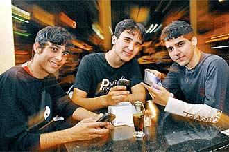 Vinícius (à dir.), o @v_fox, e seus amigos em encontro marcado pelo Twitter; ele já usou o microblog para se precaver contra a chuva