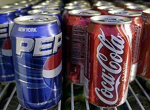 Latas de Pepsi e Coca em freezer nos EUA, onde a fórmula foi alterada para evitar um aviso de câncer obrigatório