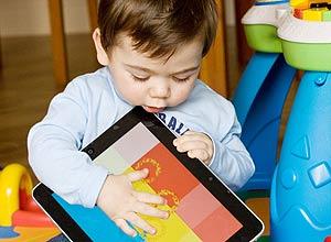 Bento Redondo Padgurschi, 11 meses, brinca com o iPad