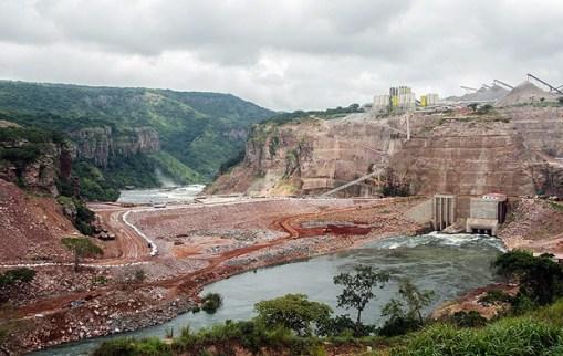 Obras da usina hidrelétrica em Lauca