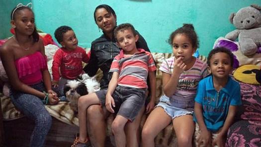 Renata com cinco de seus sete filhos, que cria vendendo marmitex na cracolândia