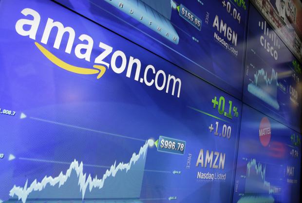 Logotipo da Amazon é mostrado em telão de corretora