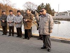 O lider norte-coreano Kim Jong-il aparece em foto não-datada no zoológico de Pyongyang