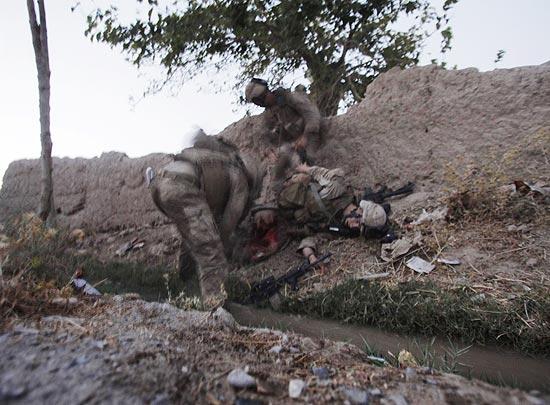 Imagem divulgada pela agência Associated Press mostra soldado americano ferido em emboscada taleban