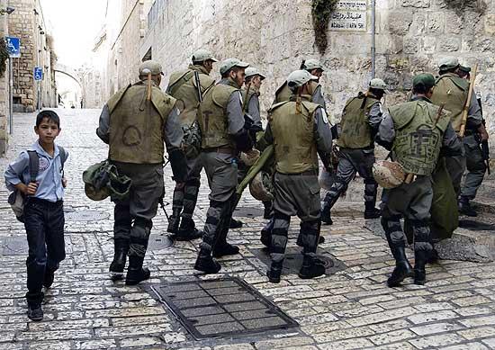Policiais de Israel policiam a Cidade Santa de Jerusalém; palestinos acusam Estado judaico de acirrar tensões