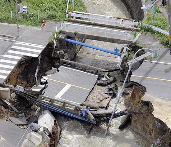 Imagem mostra ponte destruída pelo tufão Melor em Chita, em Aichi, centro do Japão; tufão matou dois