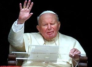 O papa João Paulo 2º acena para fiéis na praça São Pedro, no Vaticano; comissão médica aprova milagre