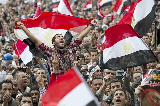 Egípcios protestam contra o governo de Hosni Mubarak na praça Tahrir, centro do Cairo, pelo 17º dia seguido