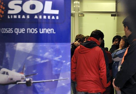 Amigos e familiares aguardam no aeroporto de Neuquen por informações sobre queda de avião da companhia Sol