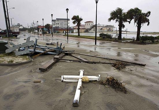 Destroços causados pela passagem do furacão impossibilitam o fluxo em rodovia perto da cidade de Atlantic Beach, na Carolina do Norte