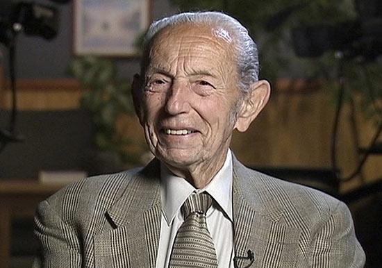 Harold Camping é visto em imagem de arquivo durante uma entrevista em sua rádio