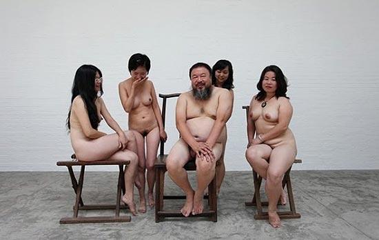 Fotografia mostra Ai Weiwei sem roupa com quatro mulheres; China investiga artista por pornografia